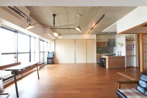 コンクリートの天井が印象的なスケルトンリノベ